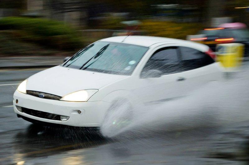 auto, aquaplaning, řízení vozidla
