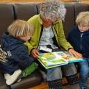 Babička není druhá matka, vnoučata si užívá a rozmazluje je