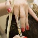 Barvit vlasy doma, nebo to nechat na školené ruce?