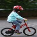Cyklistická přilba dětem zachraňuje život