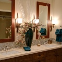 Nejnovější trendy pro koupelny - matná černá baterie, výrazná tapeta a živé rostliny