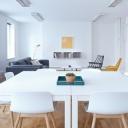 Bílá barva v bytě je stále atraktivní a snadno kombinovatelná