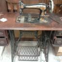 Starý šicí stroj má své kouzlo a dá se použít jako originální kus nábytku