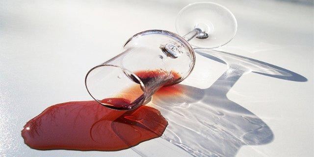 skvrny, sedací souprava, víno, krev, úklid