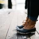 Pocení nohou v zimě? Může za to nekvalitní obuv, textilie ponožek a nestřídání obuvi!
