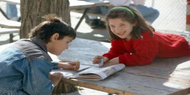 Bolesti páteře mohou způsobit dětem rodiče, když vyberou špatnou aktovku nebo přezůvky doškoly