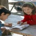 Bolesti páteře mohou způsobit dětem rodiče, když vyberou špatnou aktovku nebo přezůvky do školy