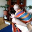 Naučíme vás uvázat ze šátku batoh pro miminko - video