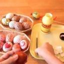 Polepovaná skořápkami velikonoční vajíčka - video
