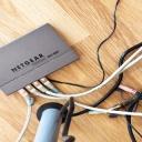 Jak skrýt nevzhledné, ale důležité kabely v bytě?