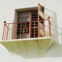 Okna a balkony plné květin
