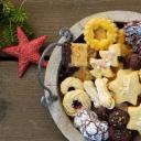 Vánočně prostřený stůl v přírodním nebo luxusním stylu