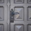 Velké a originální vstupní dveře značí, že za nimi nebydlí žádní přízemní lidé