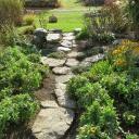 Jak vkusně a levně olemovat záhony na zahradě?