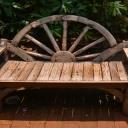Jednoduché sezení na zahradě poskytne lavička, kterou si můžete sami zhotovit