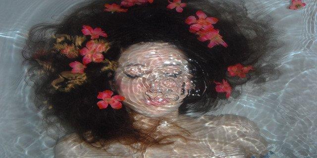 ženy, vlasová kosmetika, péče ovlasy, věk, stáří, stárnutí vlasů, šediny
